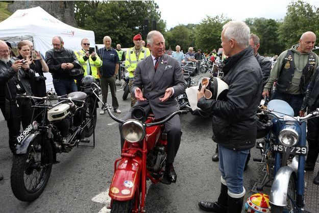 Le prince Charles avec une moto anglaise ancienne